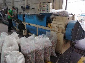 El material plástico clasificado se cocina, se enfría y luego se corta en hojuelas pequeñas.