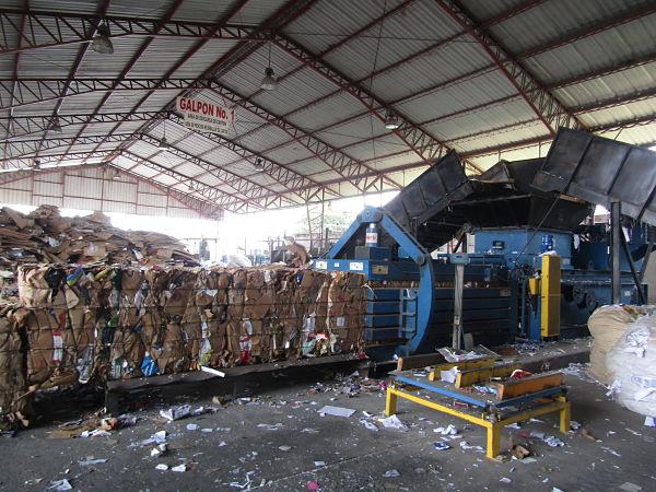 En grandes galpones se protegen las pacas de los productos antes de su envío